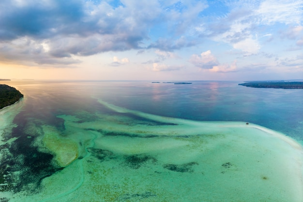 Cielo dramático del mar del caribe tropical del filón de la isla de la playa de la visión aérea en la salida del sol de la puesta del sol. indonesia archipiélago de las molucas, islas kei, mar de banda. destino de viaje superior, buceo snorkel
