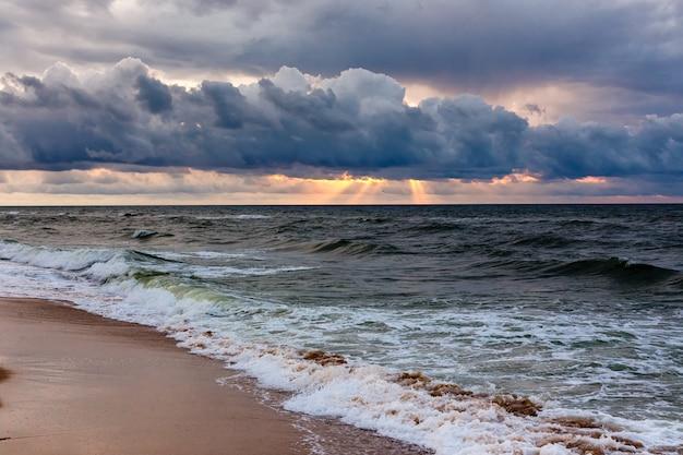 Cielo dramático en un paisaje marino de la mañana. tormenta en una playa de arena del mar.