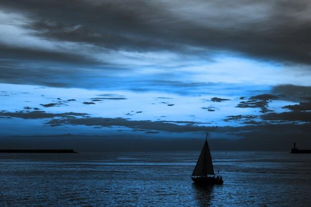 Cielo dramático y pintoresco paisaje al atardecer.