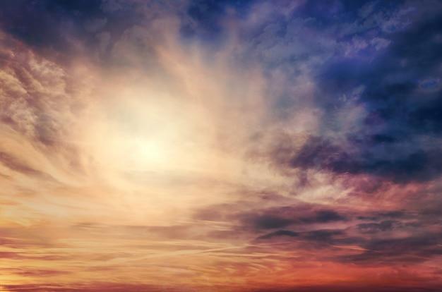 Cielo dramático con el sol al atardecer