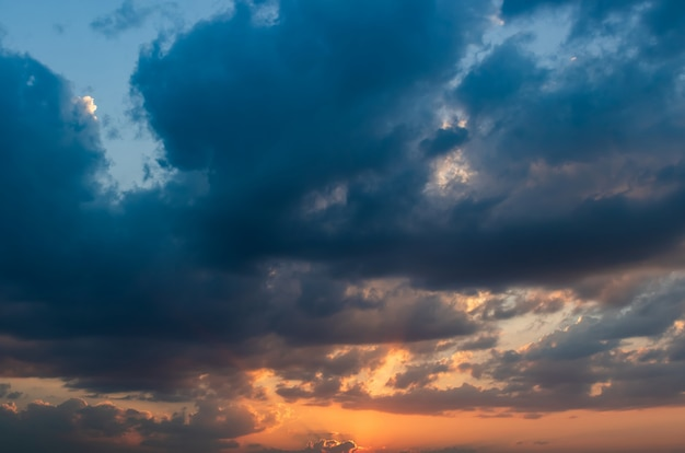 Cielo dramático en la tarde de la estación lluviosa.
