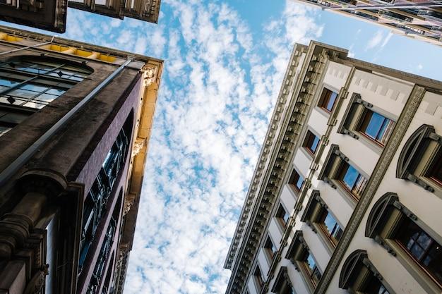 Cielo y edificio de estilo clásico.