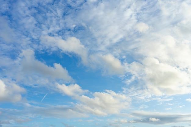 El cielo es azul brillante. hay nubes flotando a través. siéntete relajado al mirar.