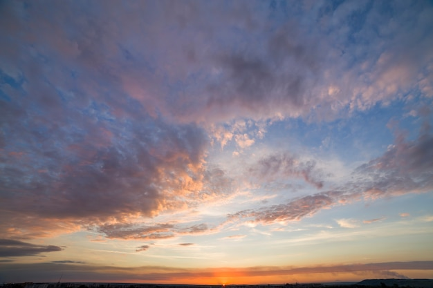 Cielo espectacular puesta de sol con nubes naranjas.