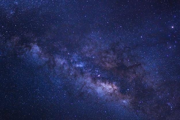 Cielo estrellado y galaxia vía láctea con estrellas y polvo espacial en el universo
