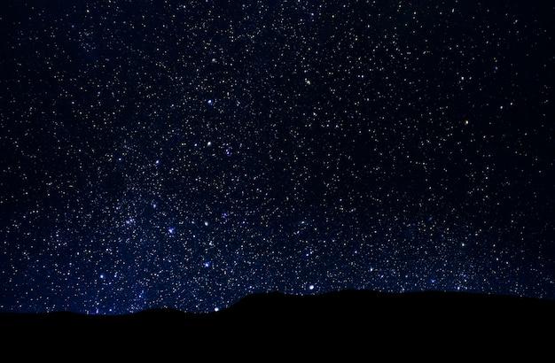 Cielo estrellado nocturno, espacio profundo sobre el valle