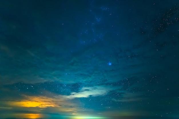 El cielo estrellado con un resplandor. tarde noche