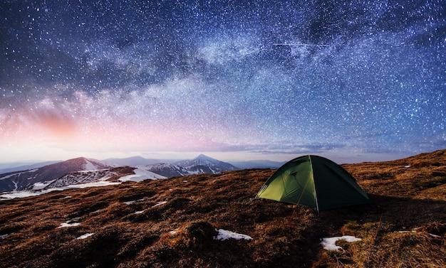 El cielo estrellado sobre la tienda en las montañas.