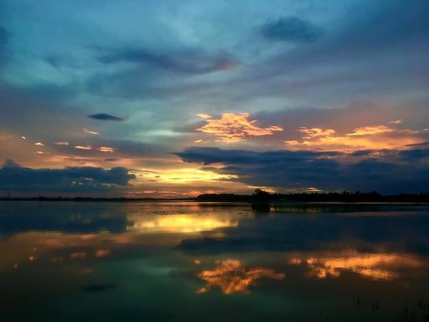 Cielo con fotografía de la naturaleza resplandor de la tarde