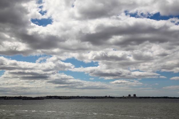 El cielo en el mar antes de la tormenta