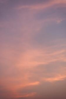 Cielo morado y naranja por la tarde.