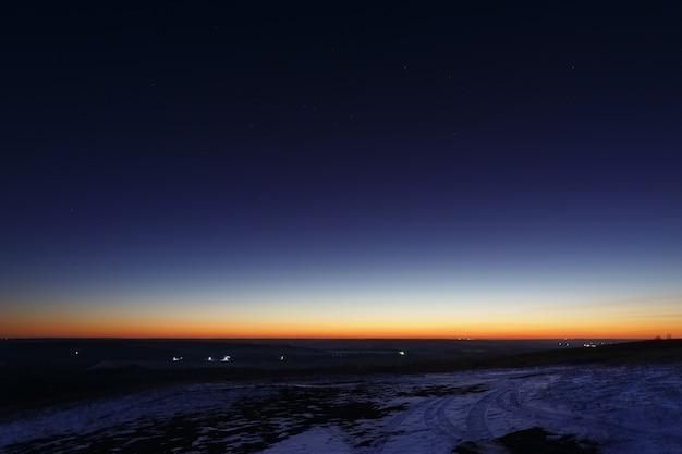 Cielo multicolor brillante después del atardecer a principios de invierno.