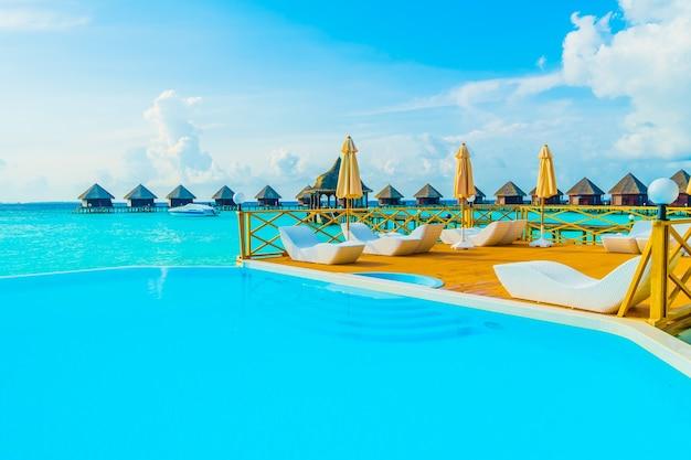 Cielo natación vacaciones en la isla de maldivas