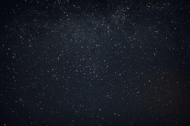 Cielo en la noche con estrellas, planetas y cometas.