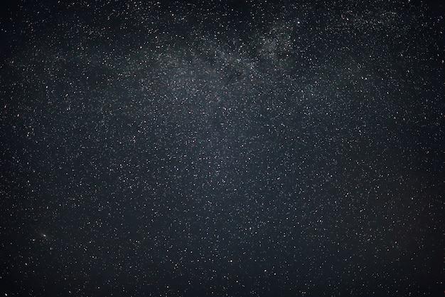 Cielo en la noche con estrellas planetas y cometas