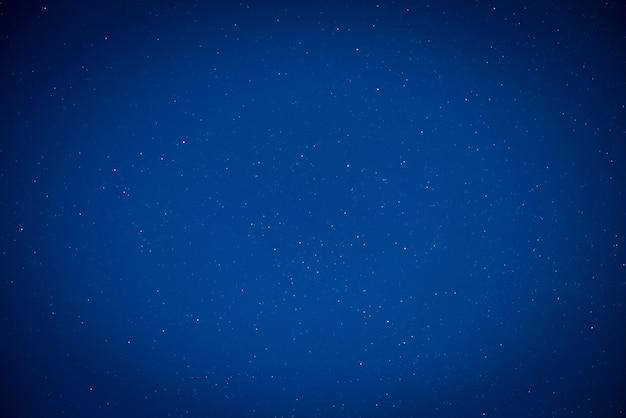 Cielo nocturno azul oscuro con muchas estrellas. fondo de la vía láctea