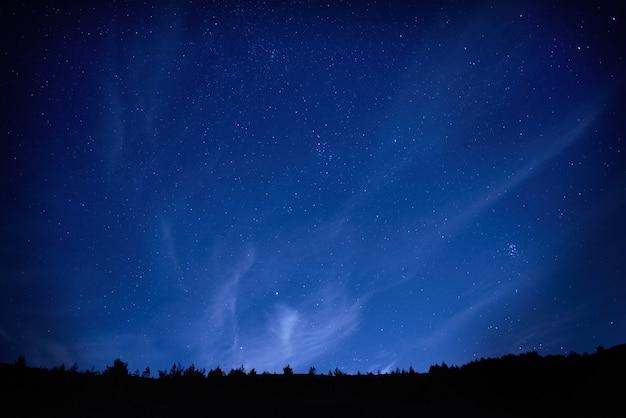 Cielo nocturno azul oscuro con muchas estrellas. s