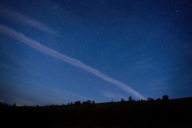 Cielo nocturno azul oscuro con muchas estrellas.