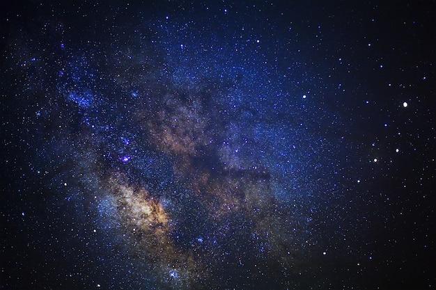 Cielo nocturno estrellado y galaxia de la vía láctea