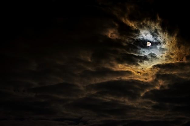 Cielo nocturno con luna llena y bellas nubes.