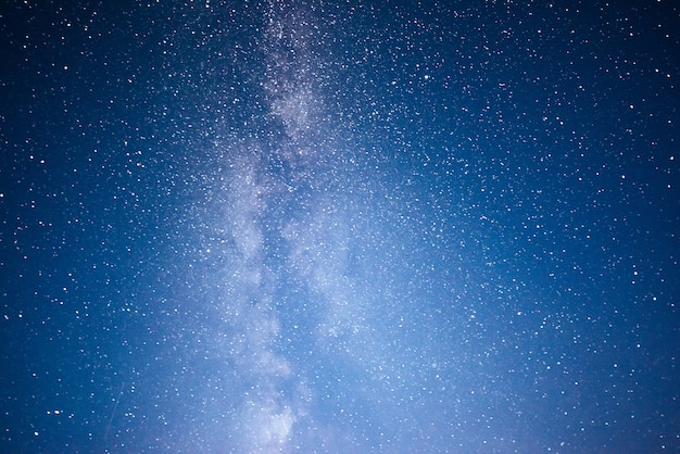 Cielo nocturno vibrante con estrellas y nebulosas y galaxias.