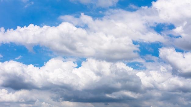 Cielo y nubes antes de la tormenta.
