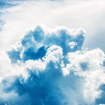 Cielo y nubes azules. fondo natural