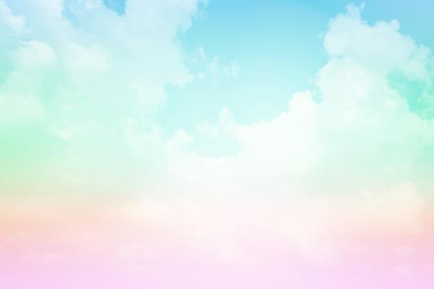 Cielo y nubes con un color pastel.