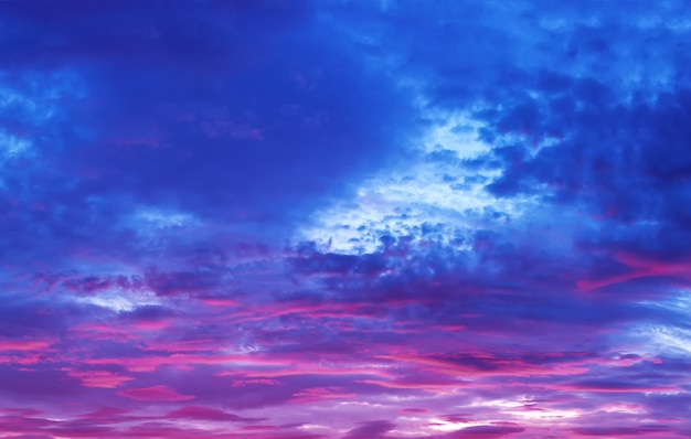 Cielo con nubes moradas al atardecer