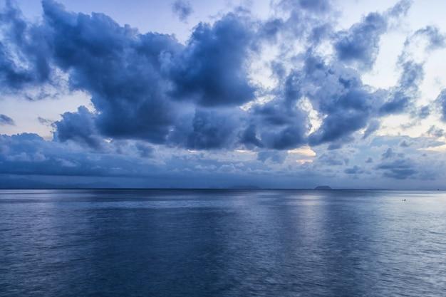 Cielo con nubes de tormenta azul
