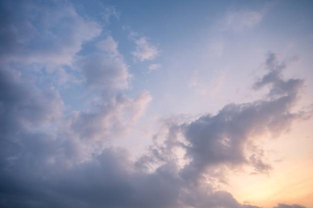 Cielo nublado y azul por la noche.