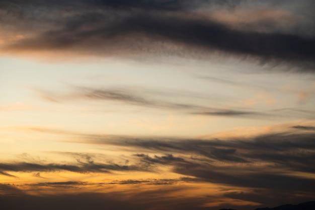 Cielo nublado con fondo de espacio de copia