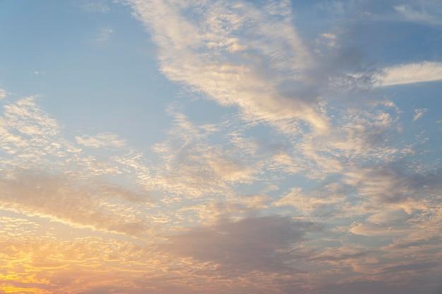 Cielo nublado en el fondo de la luz del día