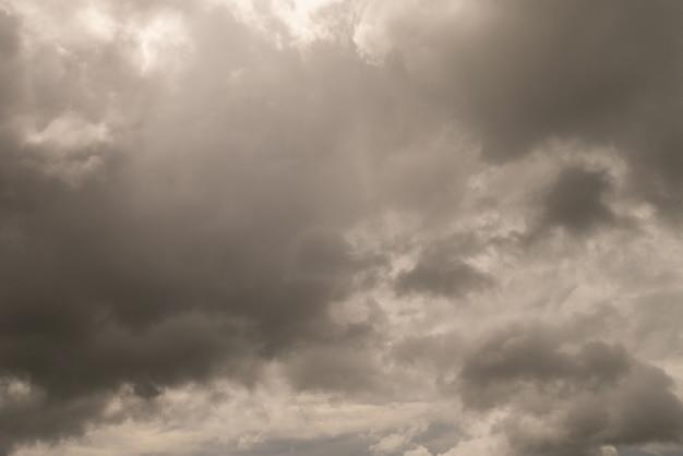Cielo nublado gris antes de la tormenta de truenos en la temporada de lluvias o decepcionar el mal concepto emocional cambiante