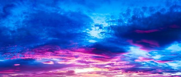 Cielo nublado morado