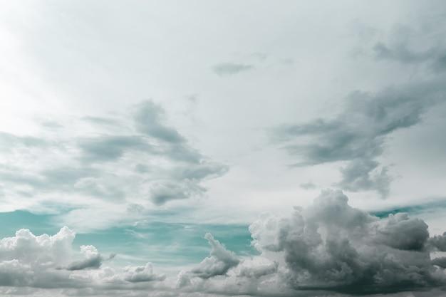 Cielo nublado con nubes grises pesadas