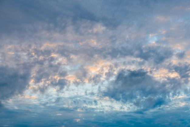 Cielo nublado, nubes sombrías.