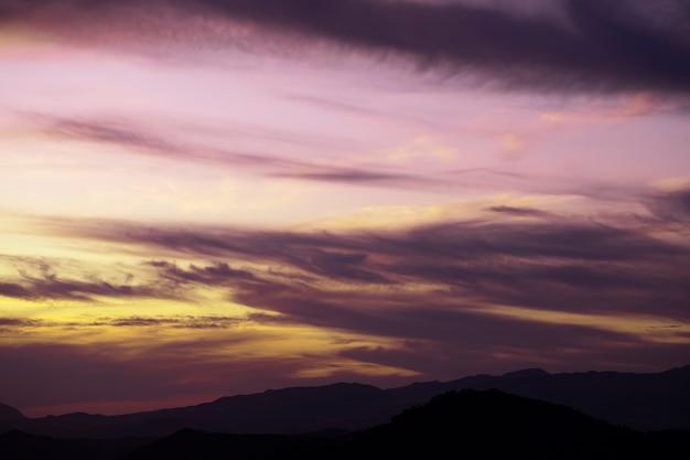 Cielo nublado púrpura con fondo de espacio de copia