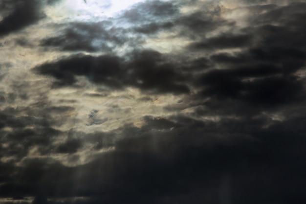Cielo oscuro y dramática nube negra antes de la lluvia. gran tormenta lluviosa