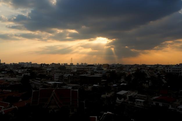 El cielo perfecto de rayos de sol sobre la ciudad