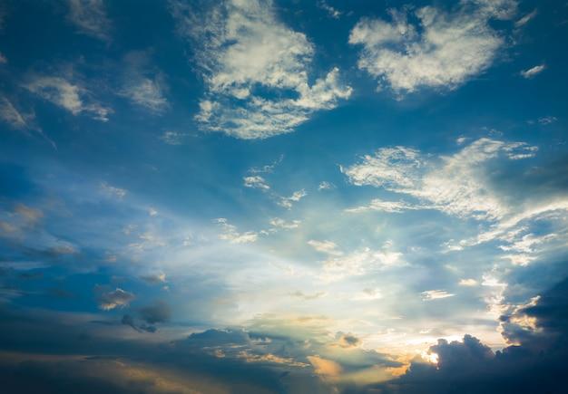 Cielo puesta de sol dramático fondo. escena del cielo de la mañana