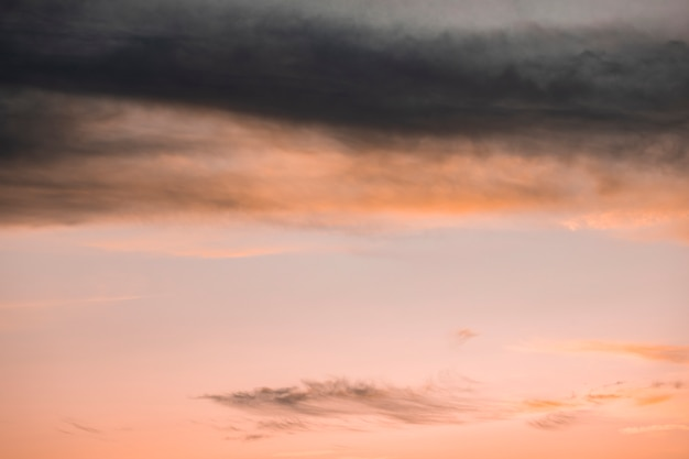 Cielo rosa nublado con fondo de espacio de copia
