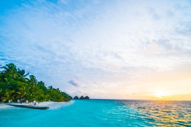 Cielo de la salida del sol de lujo laguna maldivas