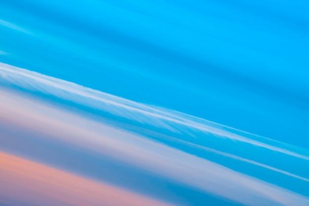 Cielo surrealista rayado multicolor con tonos de azul, cian, cobalto, rosa.