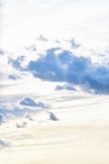 Cielo de la tarde con nubes oscuras antes de la lluvia.