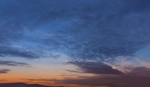 Cielo de la tarde con nubes