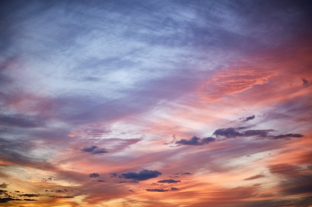 Cielo de la tarde en pequeñas nubes entrecortadas. hermoso fondo horizontal.