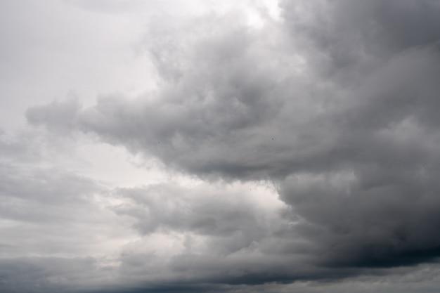 Cielo de tormenta oscuro con parte clara, cielo nublado, naturaleza.