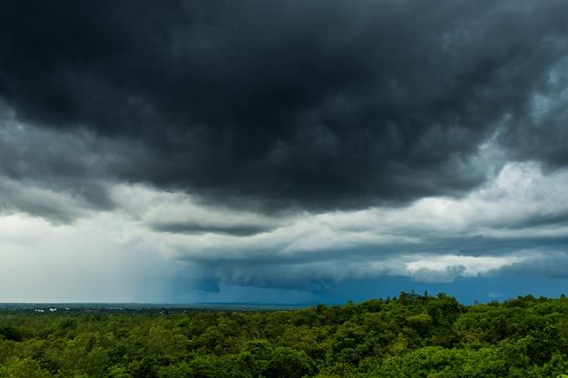 Cielo de tormenta de truenos nubes de lluvia