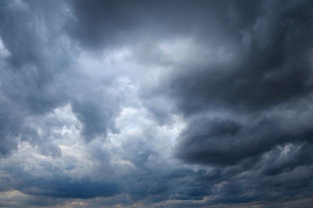 Cielo tormentoso con tormenta clouns en la puesta de sol con hermoso sol